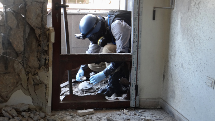 A United Nations (UN) arms expert collects samples on August 29, 2013, as they inspect the site where rockets had fallen in Damascus' eastern Ghouta suburb during an investigation into a suspected chemical weapons strike near the capital (AFP Photo)