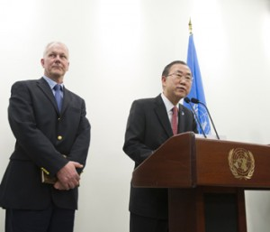 Swedish scientist Ake Sellstrom, chief of the United Nations mission to inspect chemical weapons use in Syria, stands next to UN Secretary General Ban Ki-Moon. (UN photo)