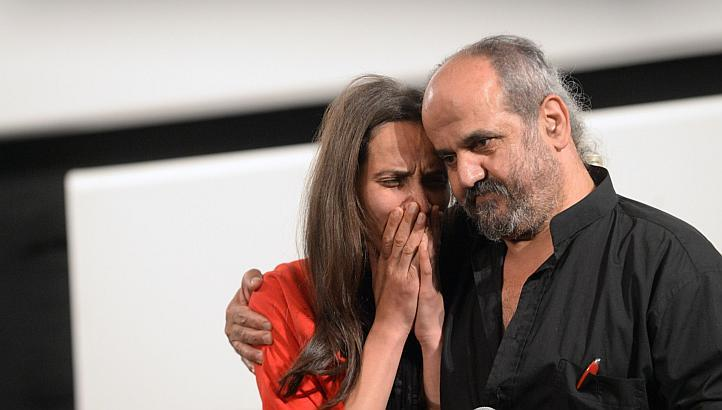 Ossama Mohammed comforts Wiam Simav Bedirxan by PHOTO : AFP